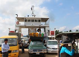 フェリーの船内は人と車と物売りの人でいっぱい