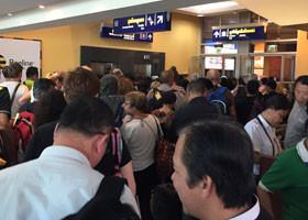 ビザの申請待ちでごったがえす人の群れ。