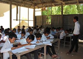 みんな一生懸命に勉強している。