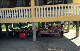 高床式のピーロム中学校。床下には飲み物などを販売するお店がある