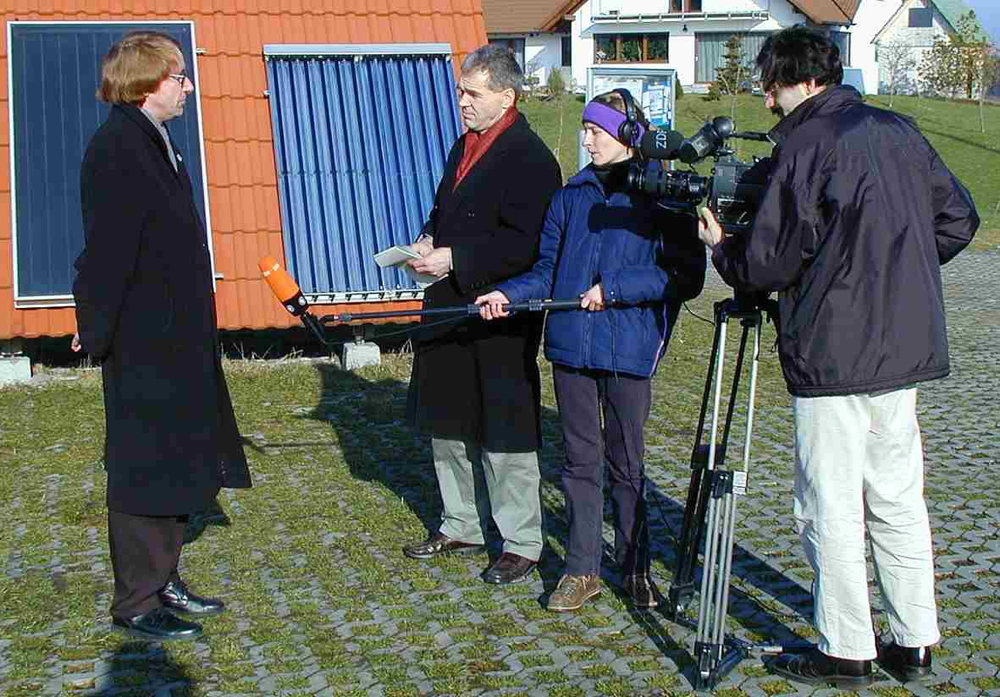ZDF im Gespräch mit Dipl.-Ing. (Raumfahrt) H.-J. Reuther im 1. energieautarkem REUSOLAR Solarzentrum Europas