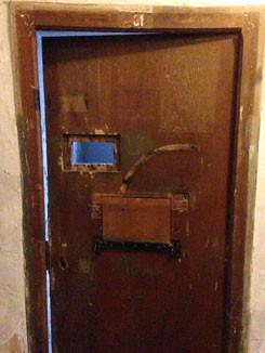 """Cellule 31 du """"bunker"""" où Mgr Piguet fut emprisonné en 1945."""