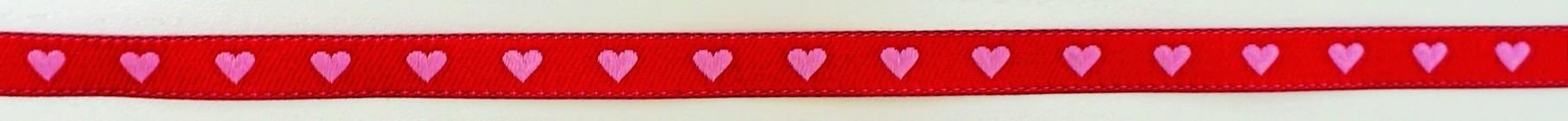 Herzen auf rot