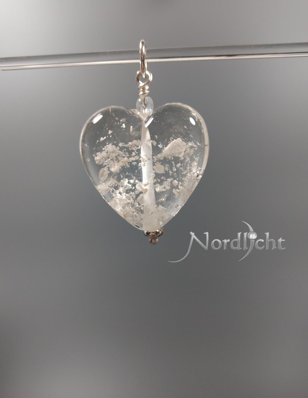 Herz in Klarglas mit sichtbarer Asche
