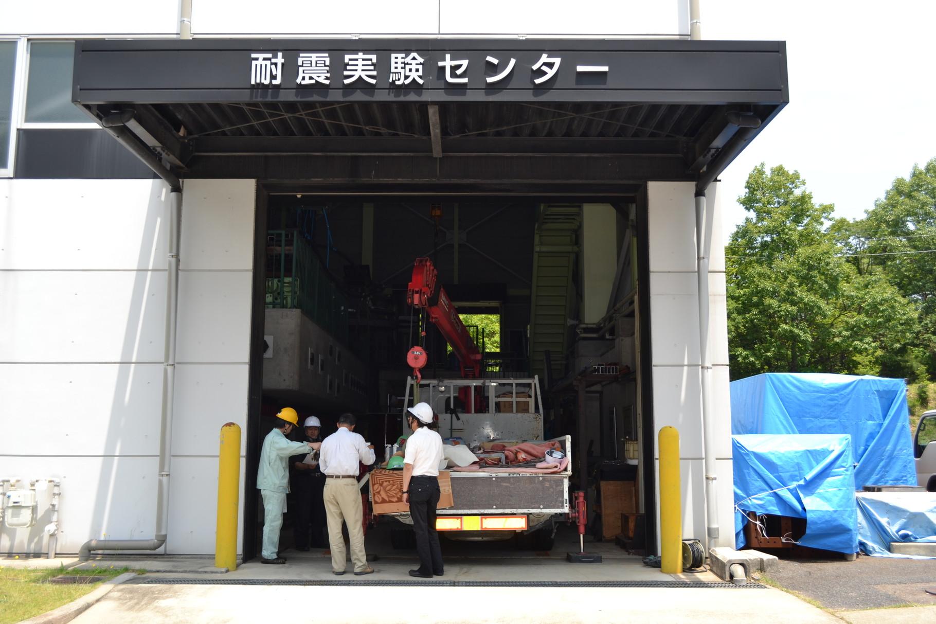 愛知工業大学耐震実験センターでの振動実験