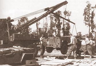 """Normandie, Frankreich 1944. Jeep-Montage auf dem Feld. Der grösste Teil der Fahrzeuge wurde in der """"Holzkiste"""" nach Europa transportiert..."""