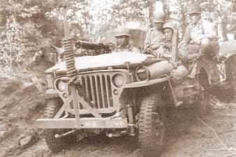 Jeep des 442 Combat Team in Frankreich am 13.10.1944. Der Beifahrer bedient eine Browning M1919 A4