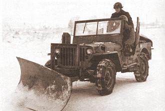Jeep mit Schneepflug und Ketten, bei Bastogne 5.1.1945