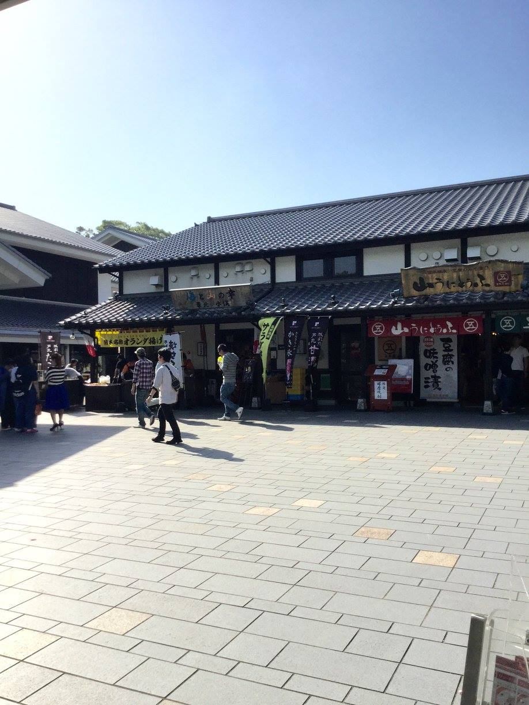 熊本城近くの土産物屋さんは、ほぼ通常営業。県内外からいらしたであろう人びとで、そこそこ賑わっていました。ー 場所: 熊本県 熊本市