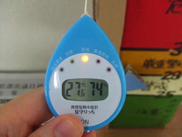 携帯型の熱中症計が置かれ、誰でも使えるようになっていた。気温と湿度が表示される。‐構造改善センターにて
