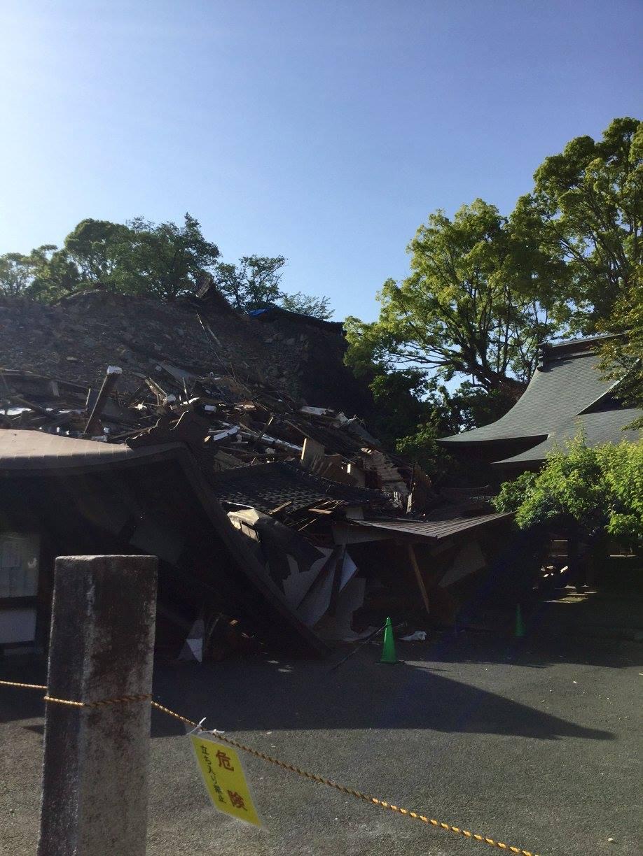 熊本城に隣接する、熊本大神宮。ロープが張られ近づけなかったのですが、鳥居脇の賽銭箱にお賽銭を入れることはできました。1日も早い再建を願っています。ー 場所: 熊本県 熊本市