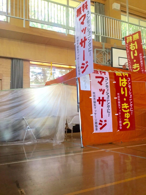 壁際にそって、ベッド3台縦に並べての治療。テントの中、手前側半分は、車椅子の方が通れるよう配慮して設営。さらに「通れます」の貼り紙もしました。藤井先生の私物であるオレンジのテントは現地に寄付され、今日も活躍していると思われます。ー 場所: 熊本県 熊本市