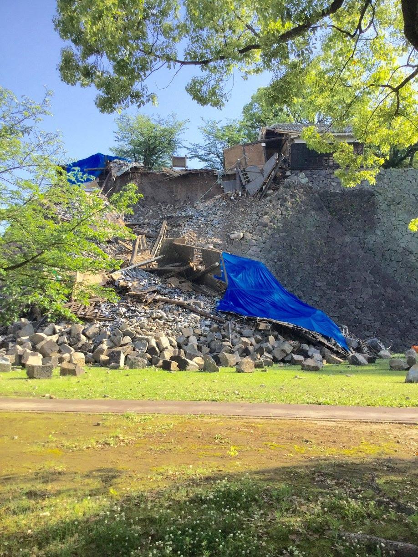 崩れてしまった石垣もありました。せつない……ー 場所: 熊本県 熊本市