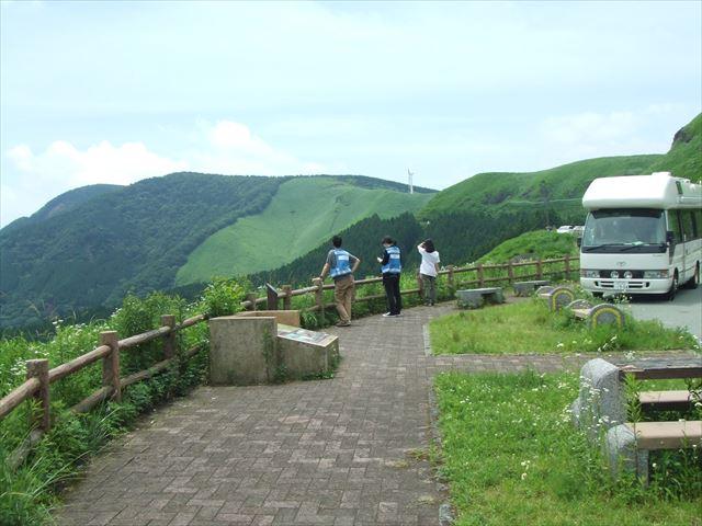 緑鮮やかな阿蘇の山並みが一望できる 二重峠展望台にて