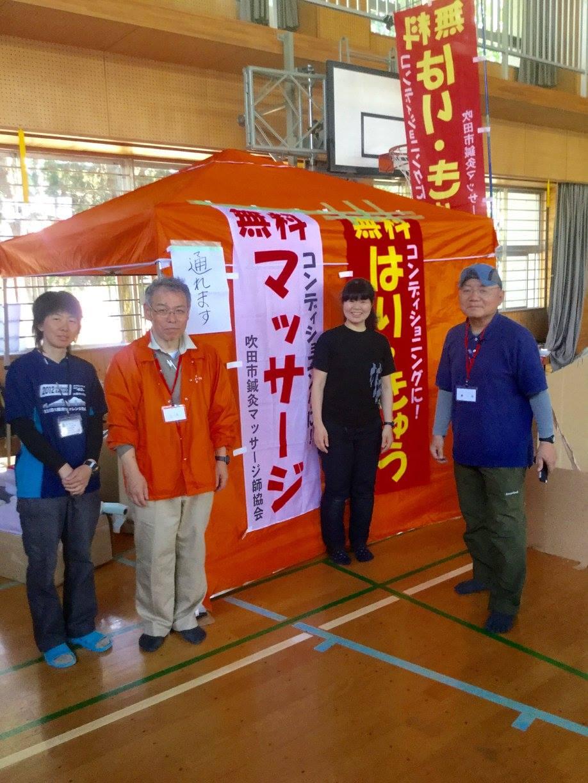「チームオレンジ」最終日のメンバー。右から リーダーの藤井正道先生、災プロスタッフの江口久美子、ベテランの三木完二先生、登山家の吉田智美さん。ー 場所: 熊本県 熊本市