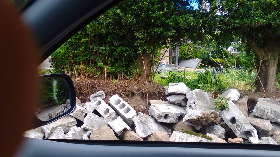 西原村ではブロック塀の倒壊がみられた