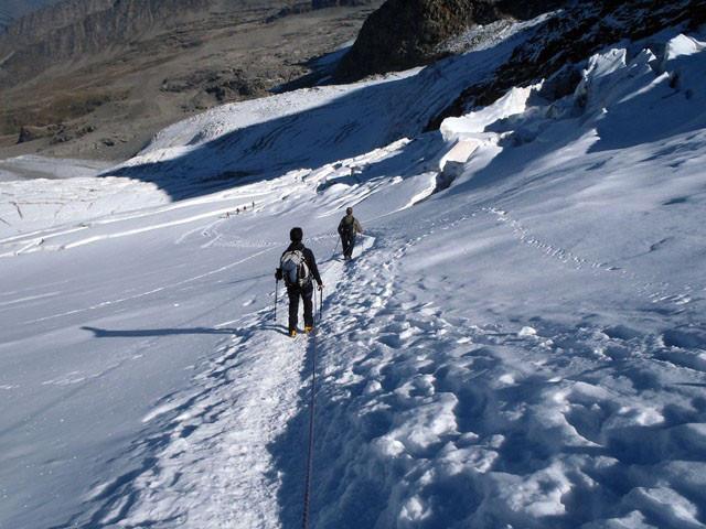 Über eindrucksvolle Gletscher zurück zur Hütte.