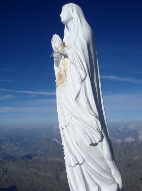 Die weiße Madonnenstatue am Gipfel des Gran Paradiso.