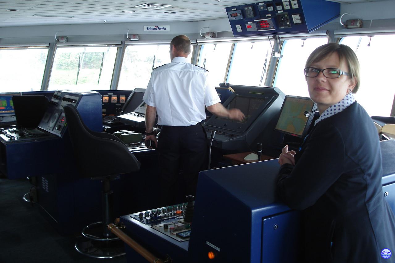 A la passerelle du Bretagne avec Gwen Girot, la responsable animation du bateau et le Lieutenant. (© lebateaublog 2012)