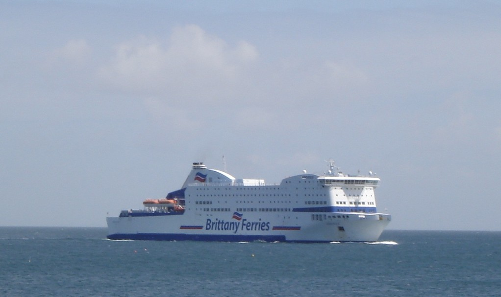 Attention! Un ferry peut en cacher un autre. (© lebateaublog juin 2011)