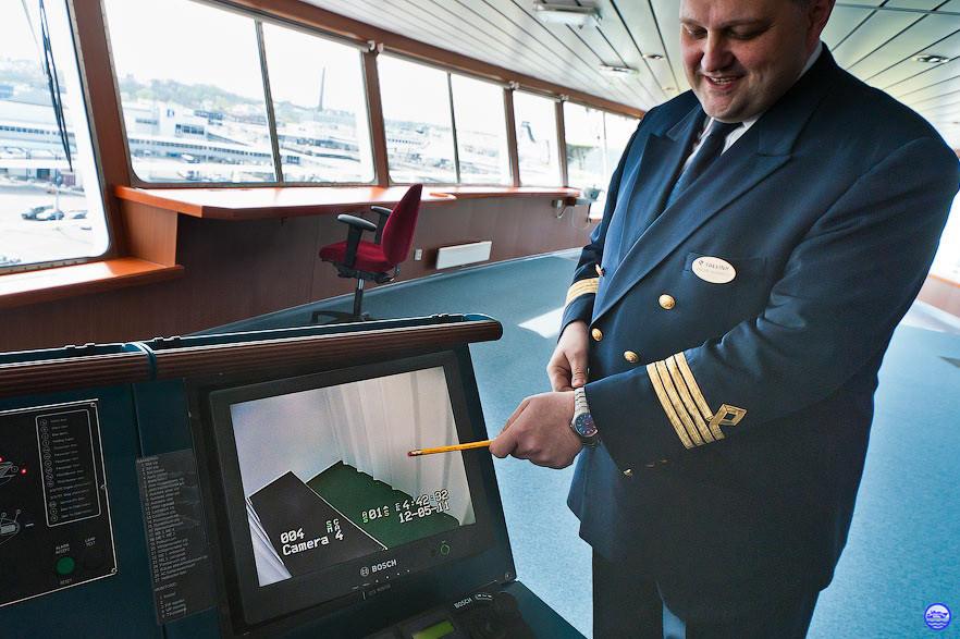 Vahur Ausmees, le premier commandant du Baltic Queen. Le papa du bateau qui nous montre la prison du bord. (© lebateaublog-P&DC)