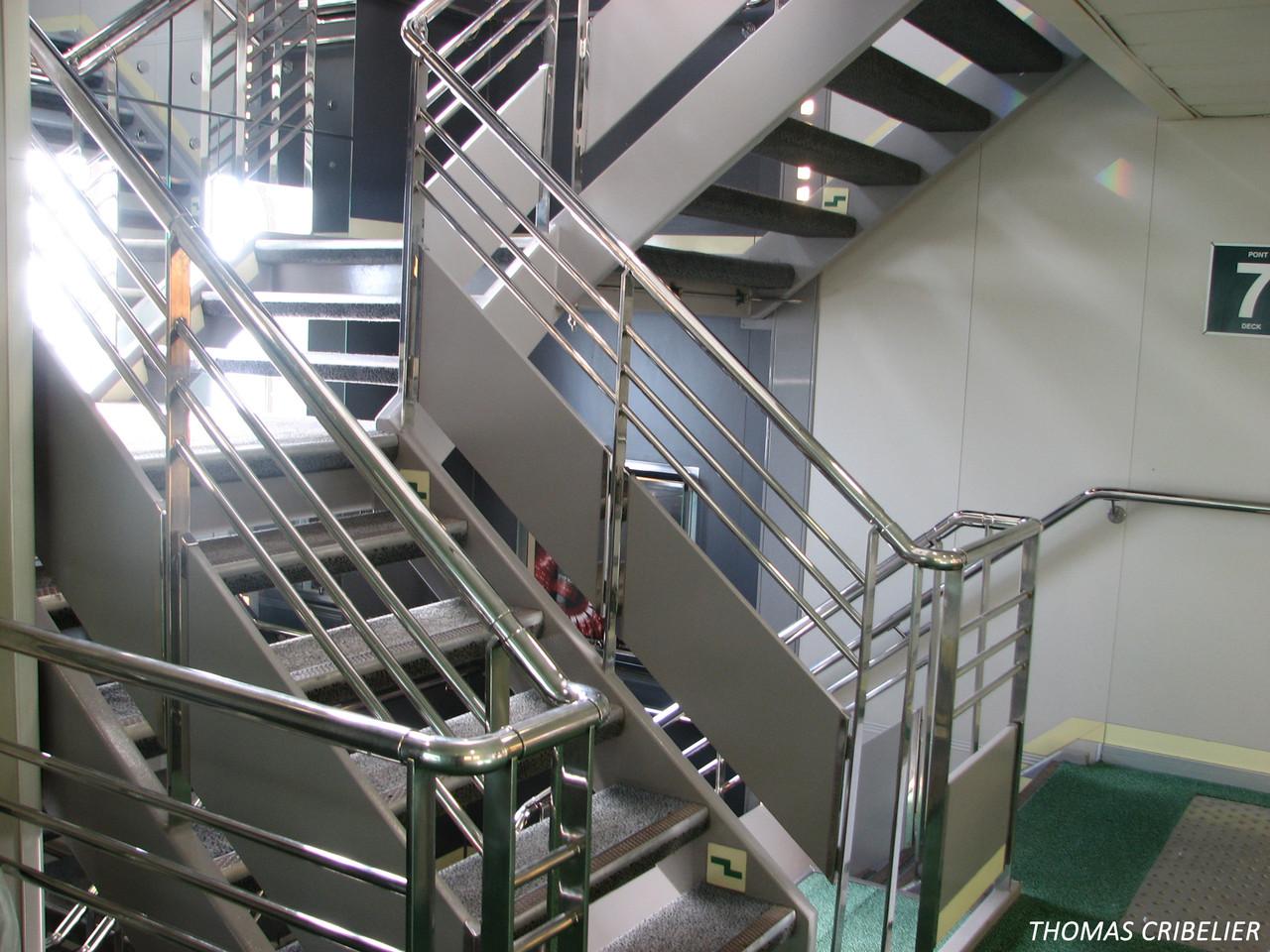 Escalier avec vue sur la mer qui descend aux ponts garages.