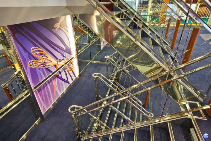 En Baltic Queen - Escalier principal (© lebateaublog-DC)