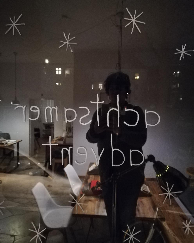Achtsamer Advent. Adventskalender im Schaufenster von Hansa-Coworking