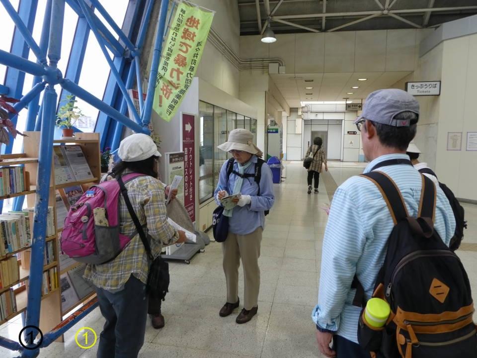 ①集合場所のJR酒々井駅改札前にはミニ図書館があります