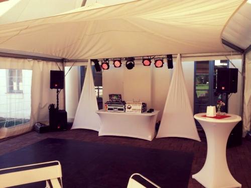Aufbaubeispiel für eine Hochzeitsfeier Outdoor