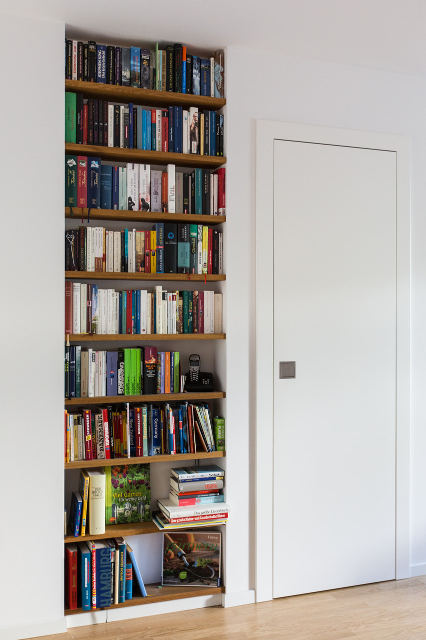 Einbau-Bücherregal aus Eichenholz und lackierte  Abstellkammertür