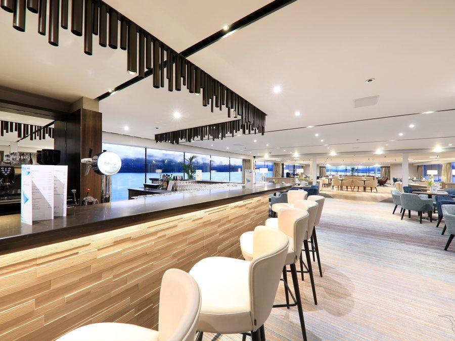 MS Adora Panorama Lounge mit Bar
