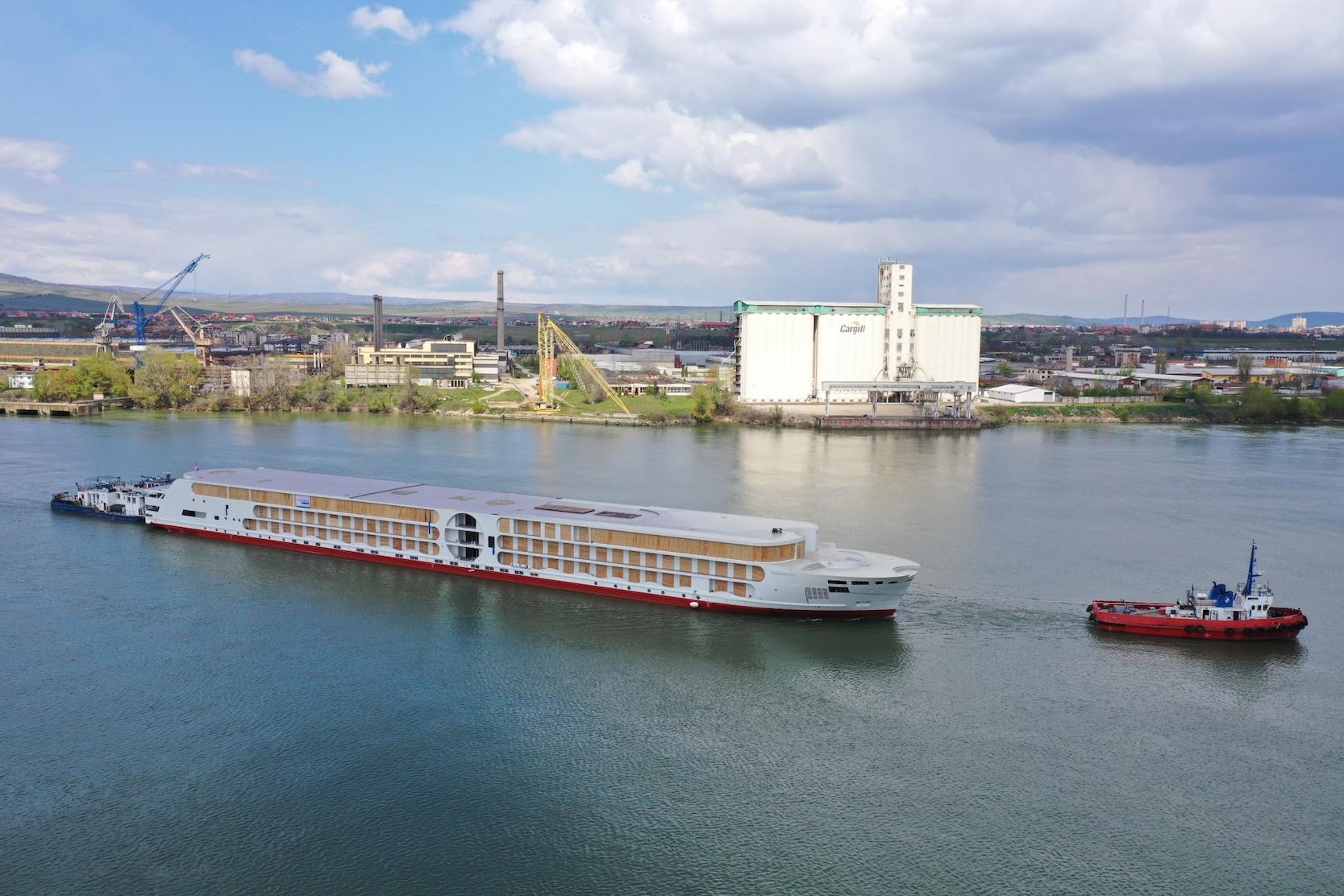 Stahlrumpf des neuen A-ROSA E-Motion Ships auf dem Weg in die Niederlande
