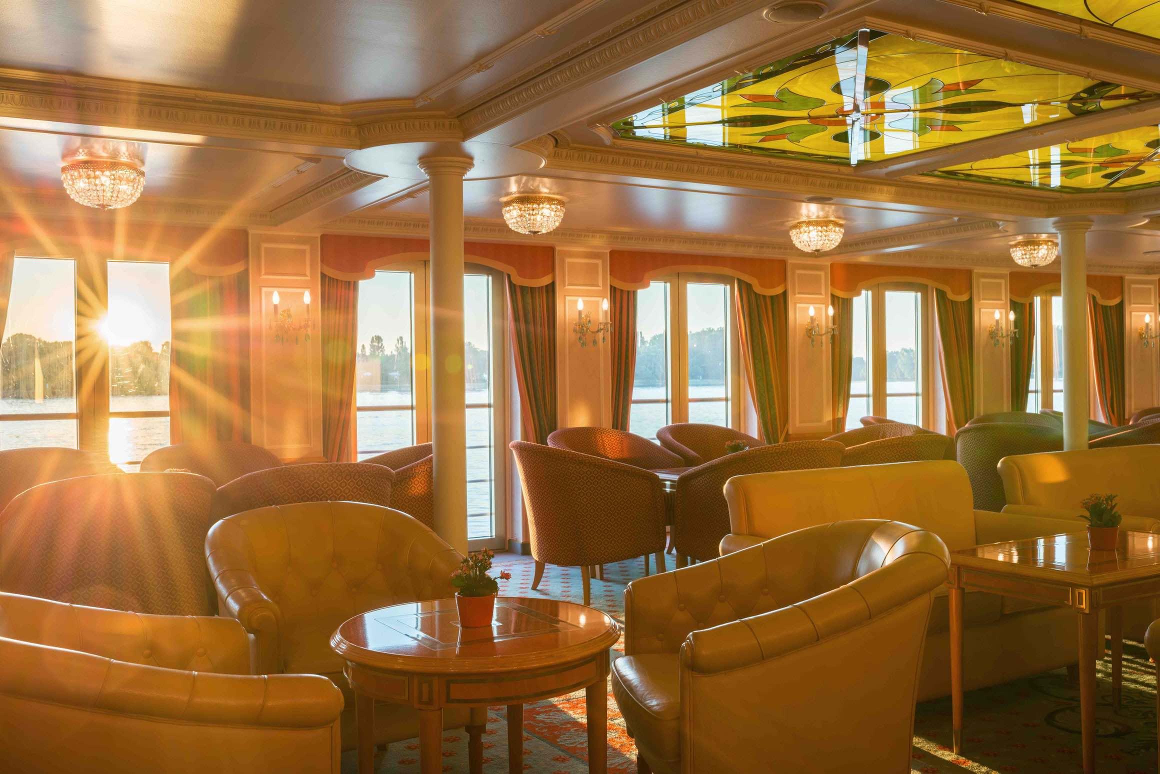 MS Casanova Panorama Lounge mit Bar