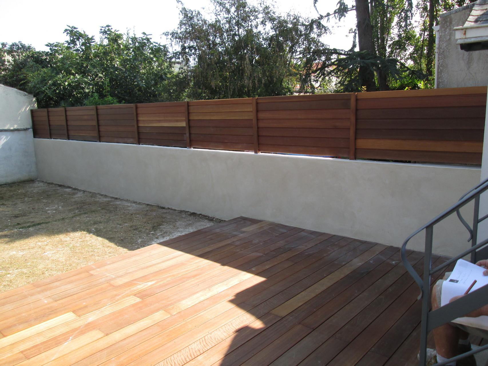 clôture en bois éxotique posé sur muret enduit a la rochelle 17
