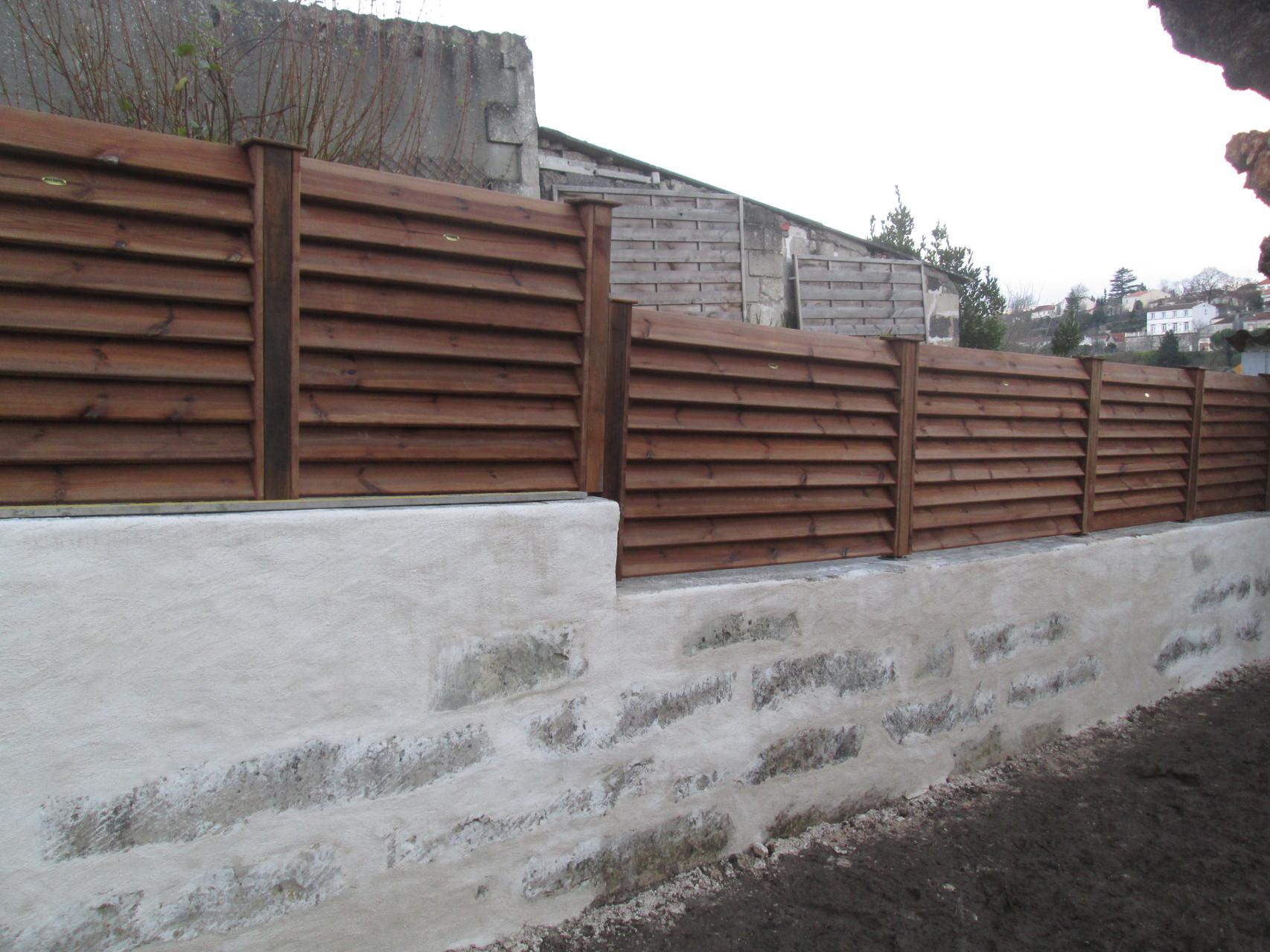 clôture en pin posée sur muret enduit a saintes 17