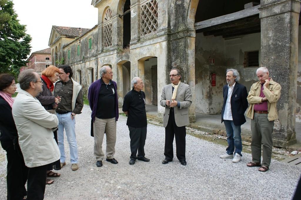 I poeti in visita a Ca' Corniani ascoltano Fabrizio Tonon, l'enologo della Cantina