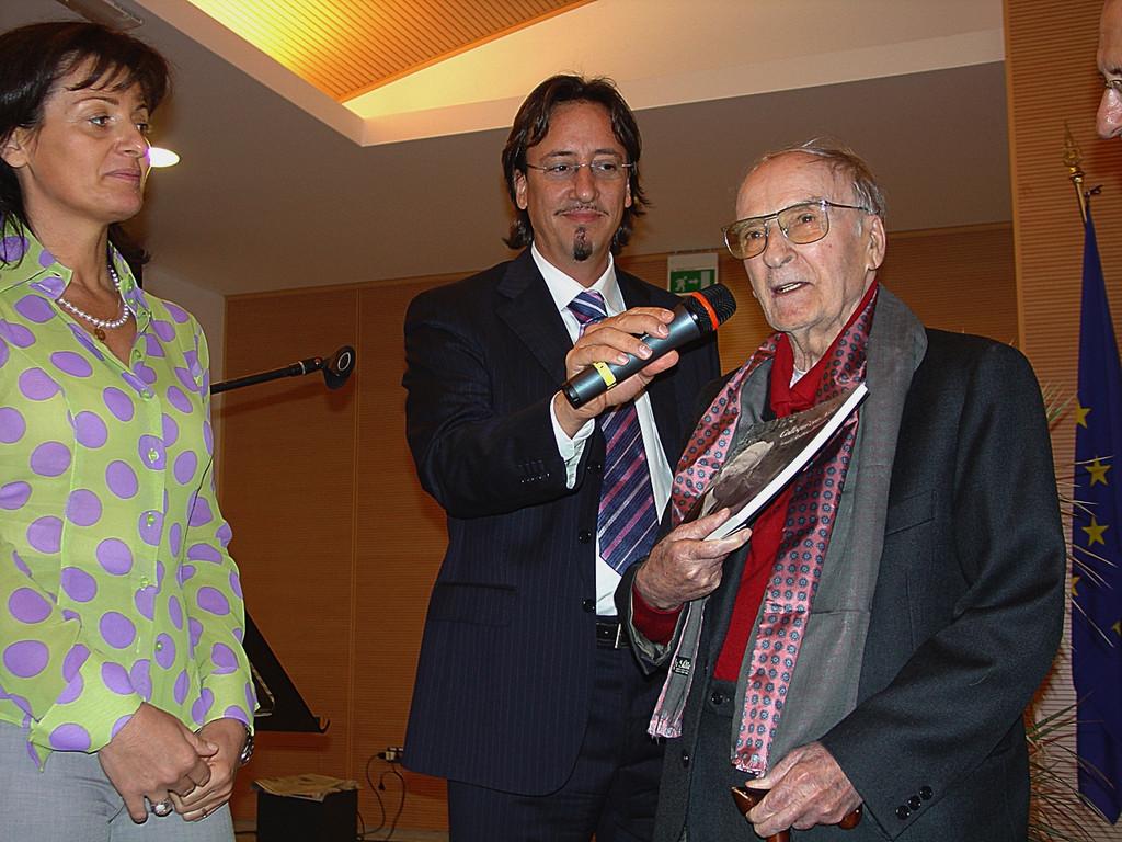 Omaggio ad Andrea Zanzotto, Luca Antelmo, Assessore alla Cultura, ed il poeta