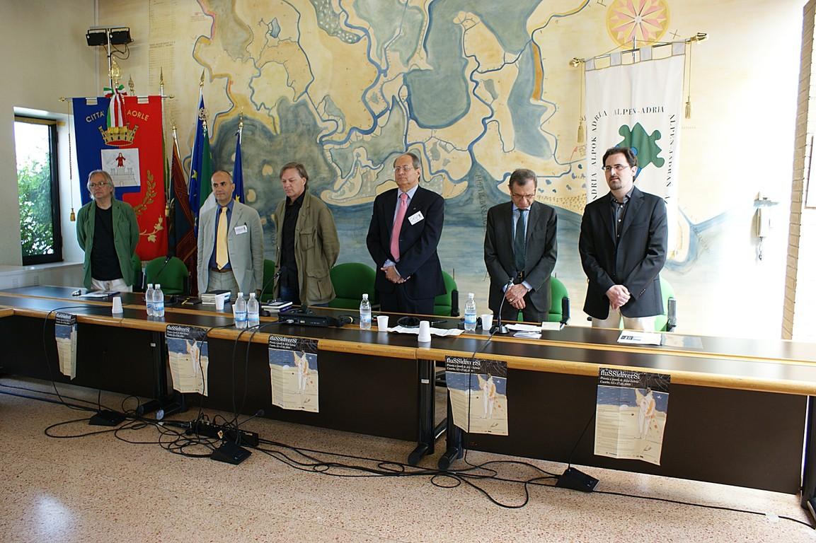 Simposio scientifico: i relatori, da sinistra H. Raimund, L. Reitani, C.W. Aigner, A.Cassuti, F. Bandini, R.Nassi durante l'inno di Alpe-Adria