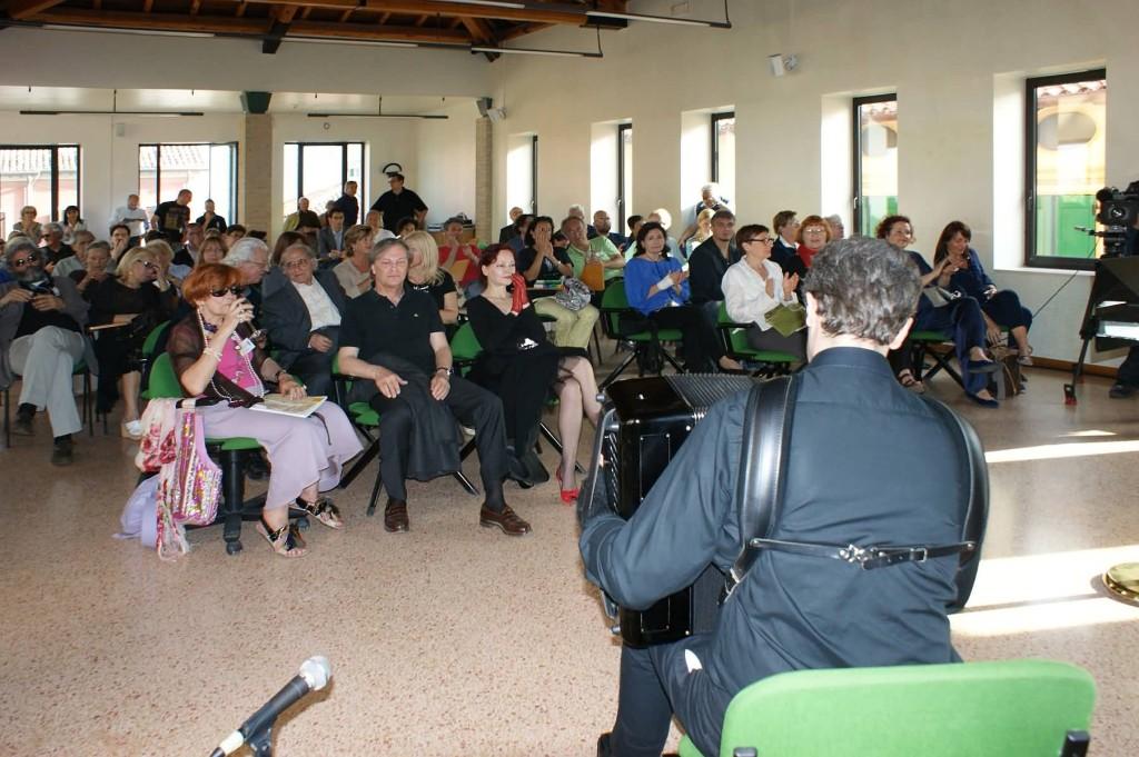 Inaugurazione: C.W. Aigner, P. Valduga e Marisa Micheli ascoltano le musiche di Kusjakov suonate da Corrado Rojac