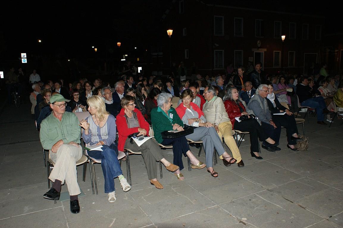 Piazza Vescovado: immerSidiverSi, reading di C.W. Aigner e dei poeti della Comunità; in prima fila, da sinistra, M. Molnar, D. Rosandic, G. Zanon, A. Cassuti, M. Moretti, N. Kraljic, C. Gabler