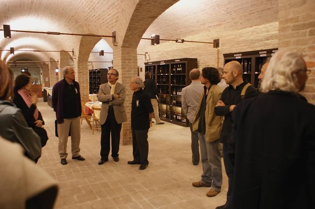 I poeti nella Cantina dell'Azienda Agricola Ca' Corniani accolti da F. Tonon, l'enologo