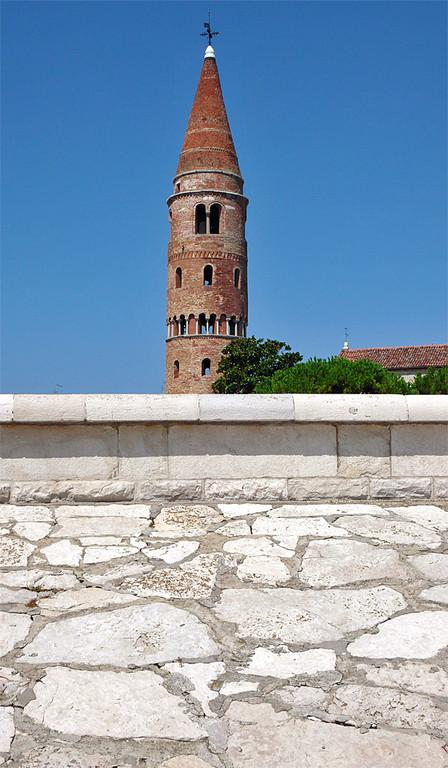 Caorle - Lungomare Petronia (diga) e Campanile del Duomo