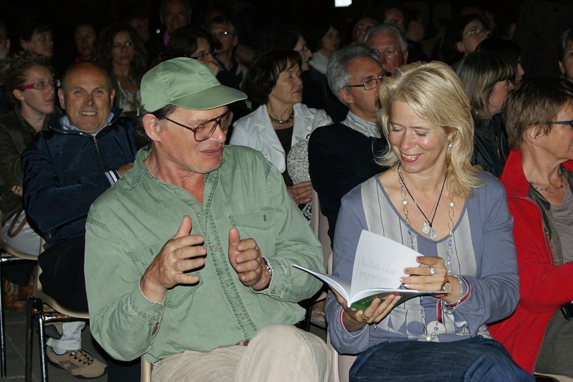 Piazza Vescovado: immerSidiverSi, reading di C.W. Aigner e dei poeti della Comunità; da sinistra, M. Molnar e D. Rosandic