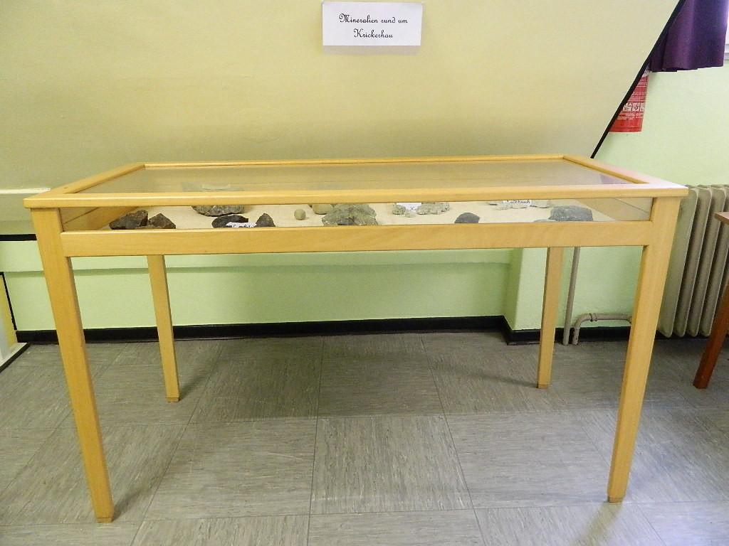 Vitrine mit Mineralien der Krickerhauer Heimatberge