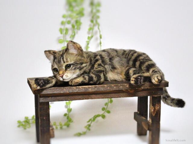 羊毛フェルト猫 キジトラ 横たわり needlefeltedcat