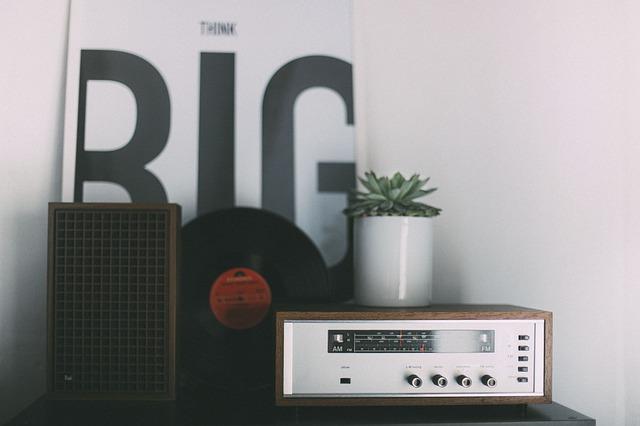 Radio in Zimmer auf Tisch Schallplatte im Hintergrund
