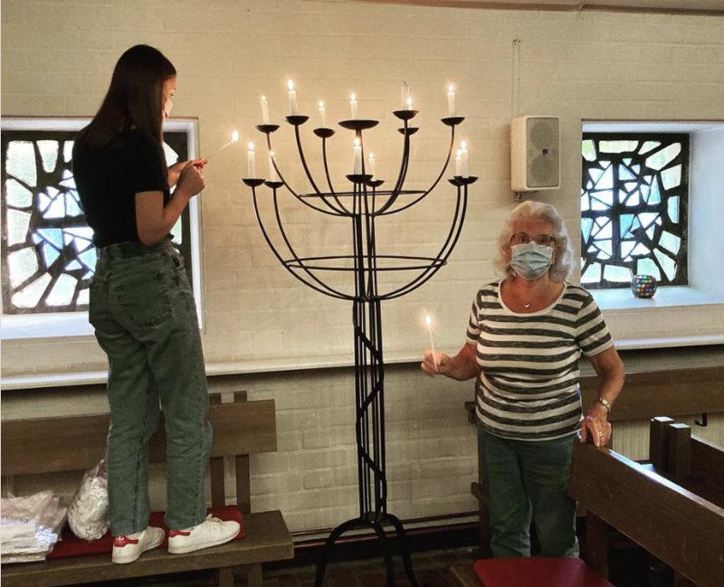 Leonie und Helga bereiten das Abendgebet vor