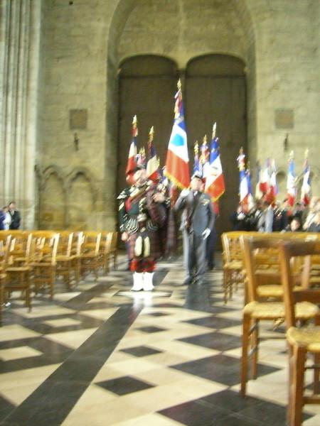 Cérémonie inter-religieuse, entrée des portes drapeaux précédés du Piper