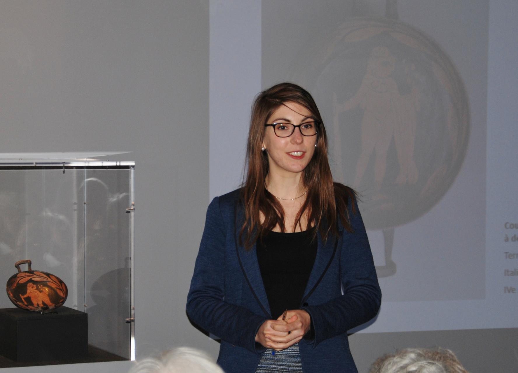 Agathe Jagerschmidt présente l'oeuvre du mois de mars 2015 / Photo Y. François